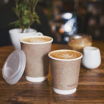 XpuIowCAWeTNdiqJl32t_Vegware_concept_hotcups_VDW-12_VDW-8_lid_latte_cafe_table_800x